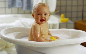 Советы родителям: можно ли купать ребенка при насморке
