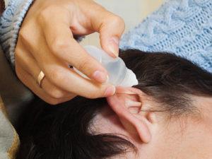 Эффективные капли в ухо виды и как их правильно закапать взрослым и детям