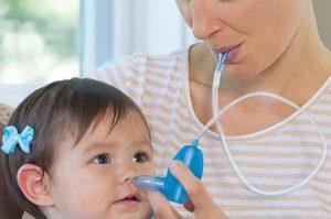 Как правильно прочистить нос грудному ребенку от слизи?