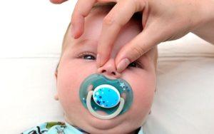 Ребенок хрюкает носом: почему и что делать?