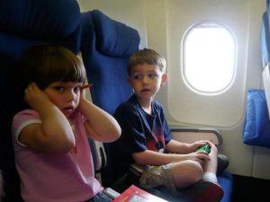 Болят уши при посадке самолета: почему и что делать?